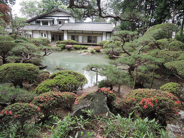 北側の庭園の高台から建物。こちらの物件はなんと言いましてもこちらの庭園の素晴らしさが