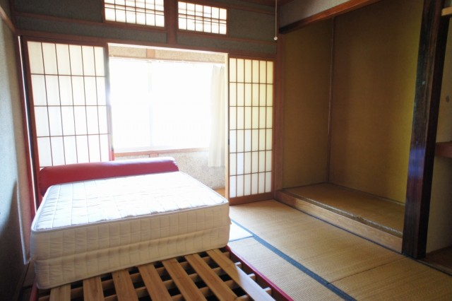 2F6帖和室2  収納スペースもあります。  また、廊下突き当りにも収納があります。