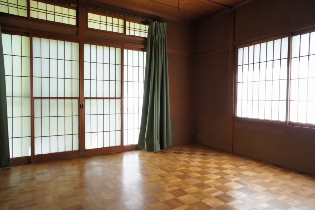 約8帖洋室。  3面の窓で明るいお部屋です。