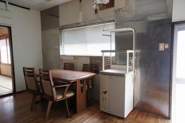 西向きの約9帖ダイニングキッチン。明るい空間です。  キッチン設備や給湯設備などは取り外されておりますので、設置工事やリフォーム等が必要です。