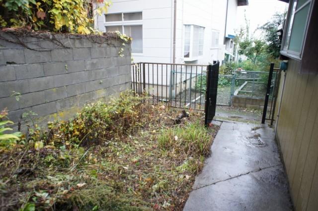 建物裏に庭スペースがあります。  前面道路が狭いので、自動車は入れず、駐車スペースにはなりません。