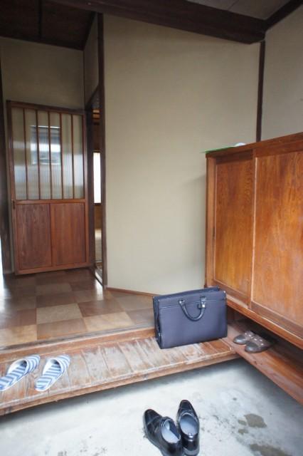 玄関スペース。  備え付けの下駄箱があります。