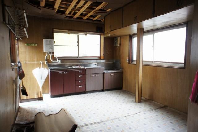 台所。  水回りは実際の使用には修繕またはリフォームが前提となります。  ガスはプロパンガスです。