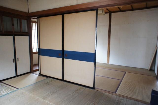 1F6帖和室。  6帖和室が2部屋あり、あわせて12帖の空間となります。