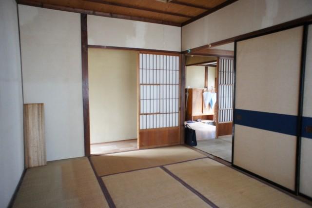 先程の6帖和室とつながっています。  あわせて12帖の空間となります。