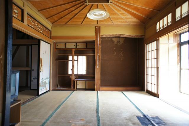 1F8帖和室。  天井の造りが特徴的なお部屋です。