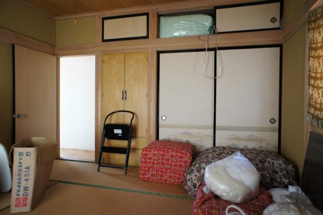2F6帖和室2。  押入れ収納があります。  2Fは、比較的そのまま利用できそうな印象です。