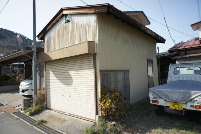 倉庫・車庫あります。  中の残置物に関しては、現状となります。
