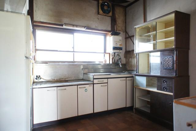 キッチンスペース。  こちらも若干の雨漏り跡があります。  また、水回りもリフォームが必要と考えられます。