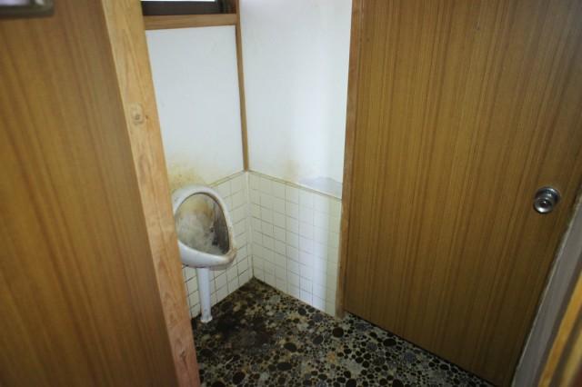 トイレ。  現状は汲み取り式で、前面道路に下水道があります。