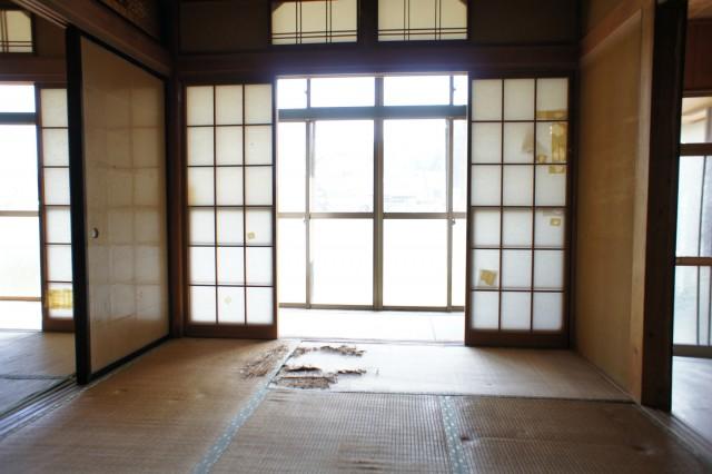 1F6帖和室。  畳や床に、特に痛みがあります。