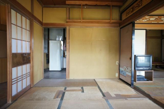 1F6帖和室。 南向きで明るいお部屋です。  畳や床に、特に痛みがあります。