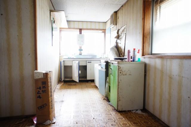 キッチンスペース。  現状の水回り設備はほぼ使えない前提とお考え下さい。