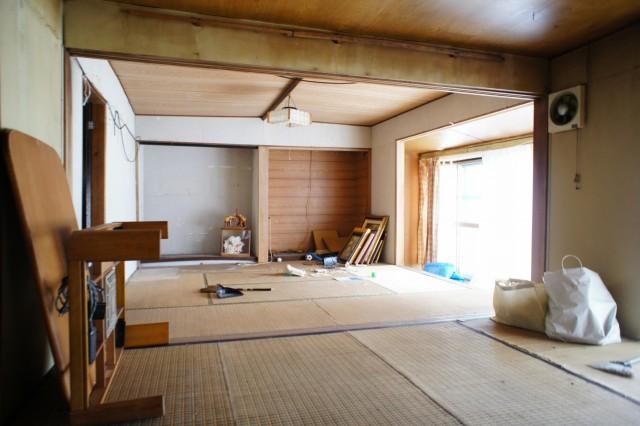 和室8帖+和室8帖の16帖の空間です。  南向きの明るい縁側があります。