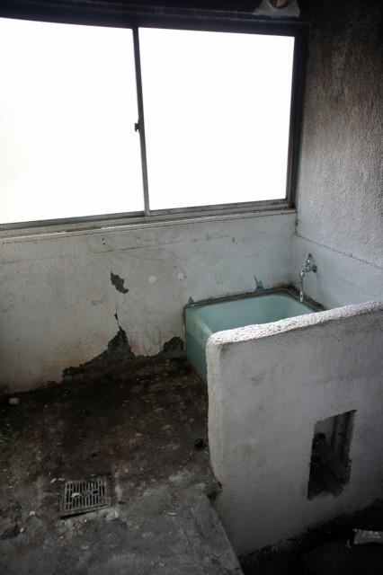 浴室跡。  薪で沸かすボイラーだった跡が見受けられます。