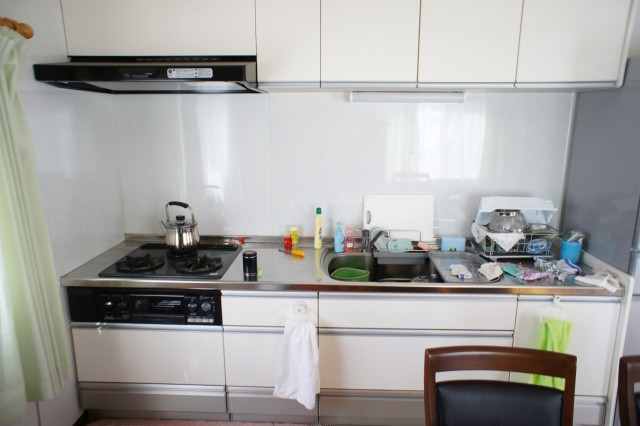 キッチンもそのまま使えそうな印象です。  吊戸棚収納があります。  ガスはプロパンガス、温水は灯油ボイラーです。