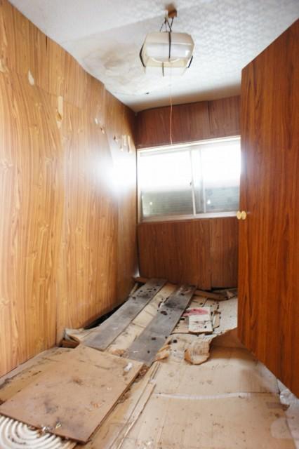 北側の4帖。  こちらが特に痛みが激しい部分となります。  床、天井に傾きが見受けられます。