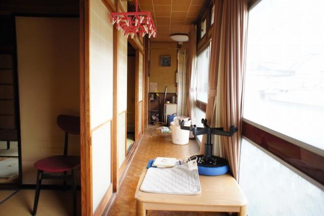 南向きの明るい広縁があり、それぞれの和室とつながっています。  広縁の突き当りには収納もあります。