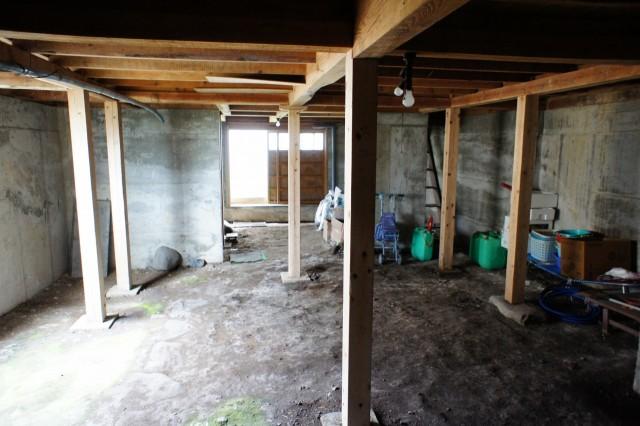 ゆとりの面積の地下収納。  明かり取りの窓も設置されています。