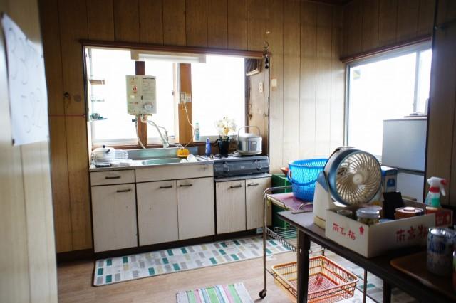 キッチンなどの水回りは使用感があり、型も古いのでリフォーム前提と見受けられる状況です。 ガスはプロパンガス(解約中)です。