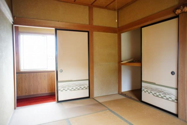 2F6帖和室。  南向きです。 ベランダや、押入れ収納があります。