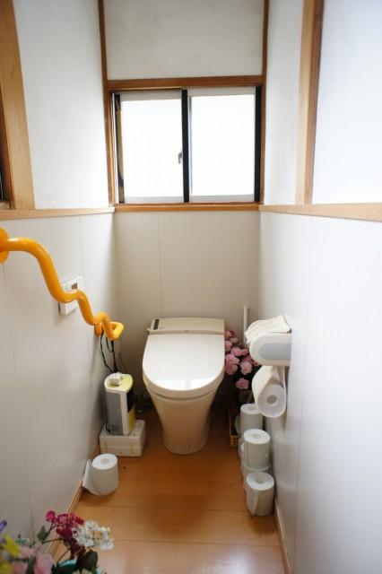トイレ。  下水道接続済みです。  ※この物件には浴室がありませんので、約80m徒歩1分の位置にある近隣の公衆浴場を利用となり、要自治会加入となります