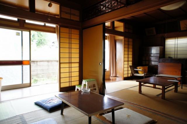 玄関を入ってすぐ左側の6帖和室。