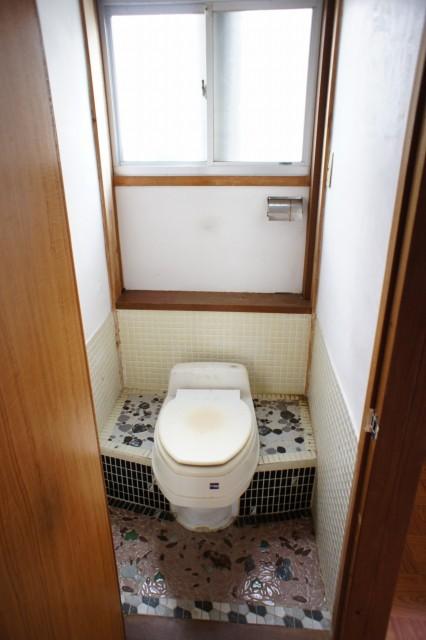 トイレ。  現状は汲取式です。  敷地内に下水道の引き込みがしてありますが、建物内には配管はありません。