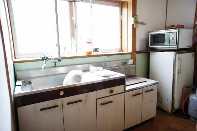 キッチンスペース。  公共上水道です。 現状の程度を考えると、リフォーム前提をおすすめいたします。
