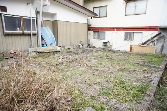 建物裏にはおそらく旧家が建っていたであろうと見受けられる空きスペースがございます。