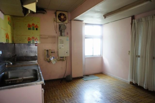 キッチン。  玄関を入ってすぐの位置にトイレ、洗面、浴室もあります。  状態はあまり良い状態とは言えず、リフォーム前提とお考えいただくのをお奨めします。