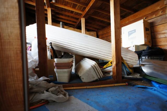 屋根裏収納。  こちらにも窓があり、急傾斜地の上段に出入りできます。