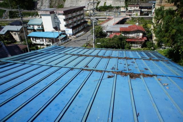 屋根の様子。  雨漏りを起こすほど悪い状態とは見受けられませんので、もしかしたら傾斜地壁面側から漏水している可能性も考えられます。