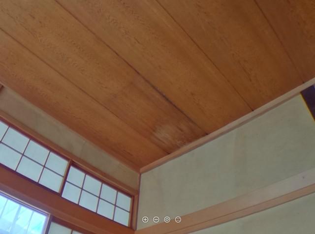 天井に雨漏り跡があります。