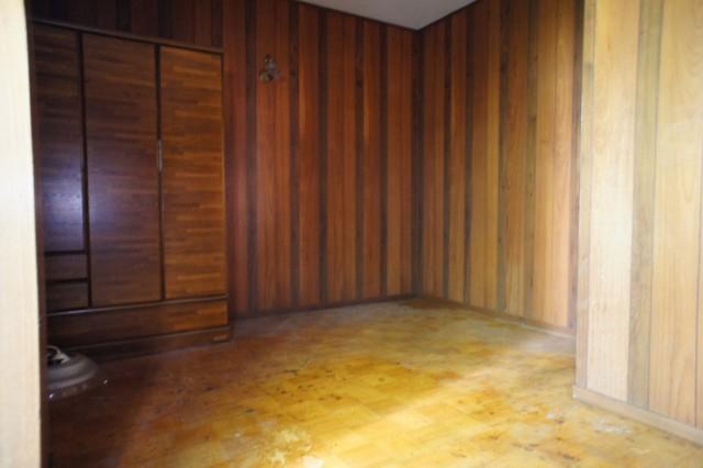3階洋室。  このお部屋が一番雨漏りの状態が悪いです。