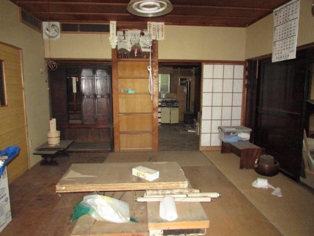 和室(玄関から)