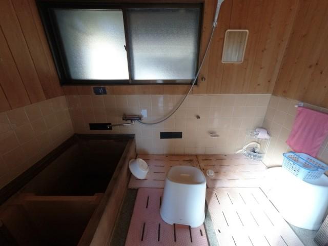 浴槽は木製(コウヤマキ)です。