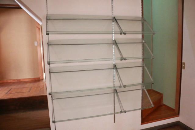 1階店舗棚、階段
