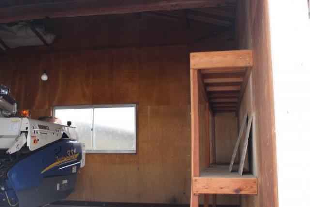 車庫2階には道具収納に便利な棚付き(撤去可)