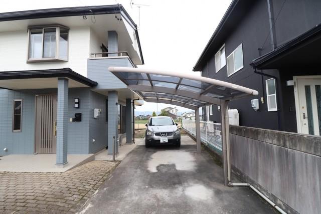 ガレージは縦列で2台駐車可能です!