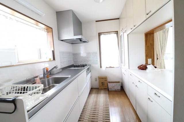 調理スペース、食器置場のある広々としたシステムキッチン!食品庫として使える収納が便利♪